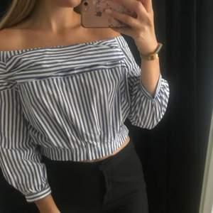Randig blus från Zara i storlek L, dock är tröjan mer som en M.