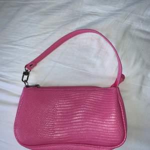 Säljer denna väska då jag fick en likadan när jag fyllde år så därför har jag ingen användning av båda.