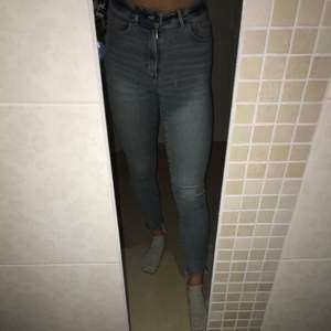 Jag säljer mina jeans i stl S från bik bok.                   (Higher F venice Ankle) använda många gånger, men är i gott skick!                                      orginalpris 499kr säljer för 60kr + att köparen står för frakten (runt 64kr).