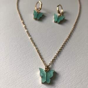 Halsband + örhängen. Turkosa/ljusblå fjärilar. Aldrig använda. Frakten kostar 11kr ❣️