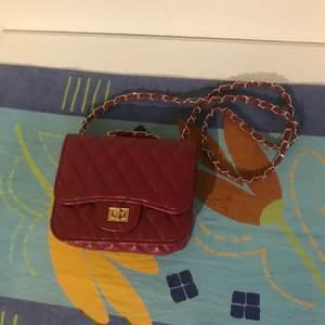 Söt axelremsväska från Ur och penn:) Axelbandet går att justera, det går att välja mellan att ha den som axelremsväska och handväska. Säljer pga använder inte.