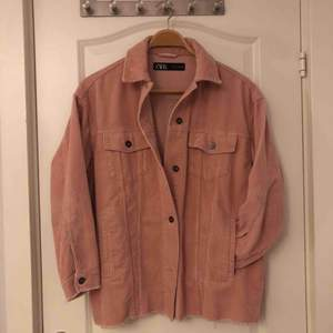 Säljer denna rosa skjortjacka i manchester från Zara. Storlek S men den är oversize så den känns som M/L. Har en till i grön och därför säljer jag den här. Köpte jackan den här sommaren och är därför sparsamt använd och i bra skick.