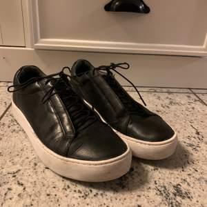 Säljer ett par svarta läder sneakers med vit sula från vagabond. Storlek: 37 och nypris runt 900kr! Skorna är i bra skick! Säljer dem för 350kr + frakt! 💕