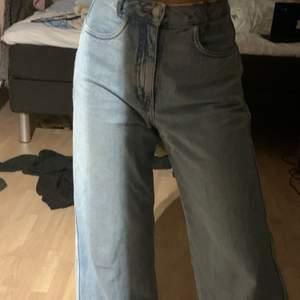 Nu säljs dessa weekday jeans som jag har behövt fixa till lite då jag har sytt dit så att man kan ha ett bälte till jeansen och så gick de sönder mellanbenen så fick sy ihop det där men är verkligen ingenting man ser. Är 156cm. PRIS KAN DISKUTERAS