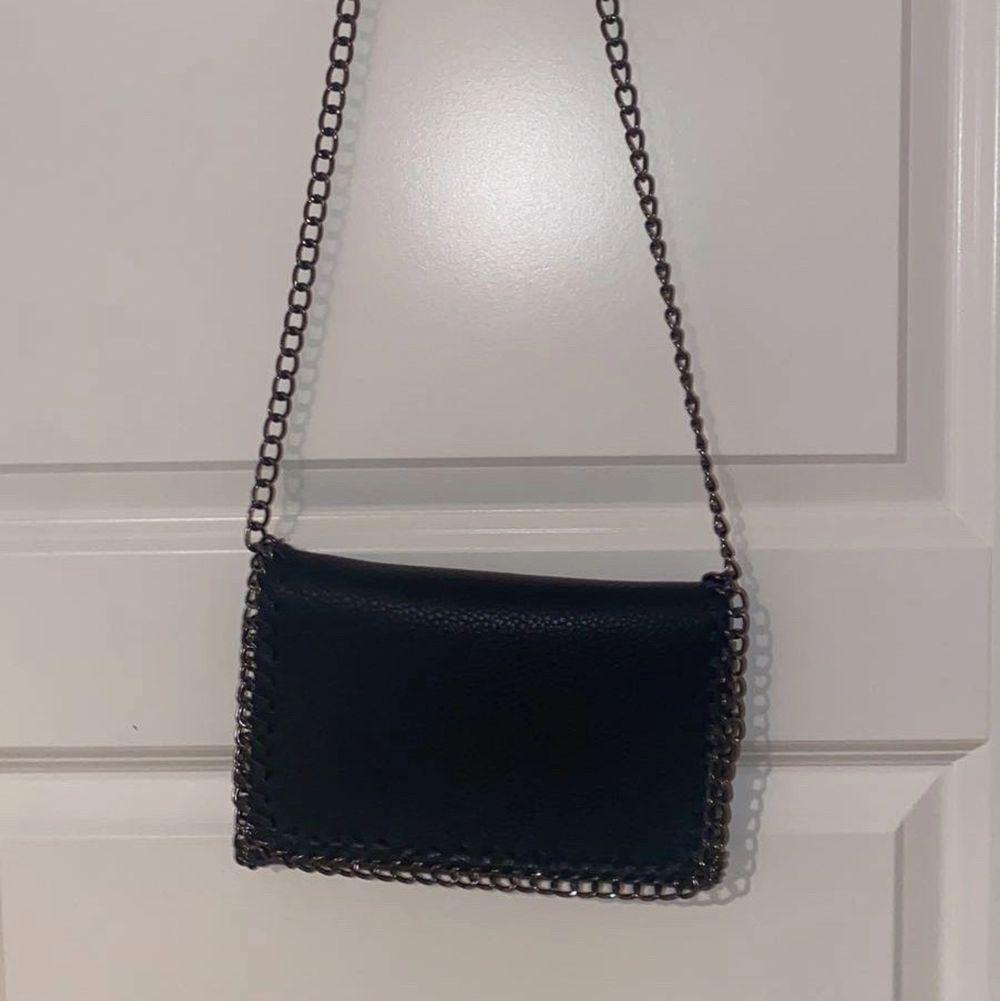 Svart väska i mycket fint skick🥰 pris kan diskuteras! Vill bara bli av med den!. Väskor.
