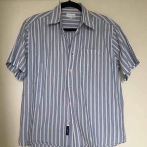 Ljusblå-randig skjorta. Köpt Secondhand.💙 Bra skick. Frakt tillkommer.