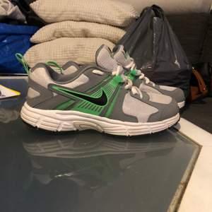 Vit/grå och gröna Nike skor använda endast en gång. Storlek 35.5, köparen står för frakten.