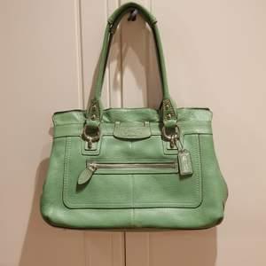 Äkta Coach väska köpt I USA, äkta skinn. Sparsamt använt, i nyskick.