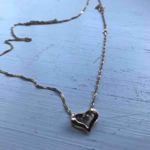 Smycke använd 1 gång, ser fortf helt nytt ut! Säljs pga dubbelköp. Det är ett guldhalsband värt 1700kr från guldfynd