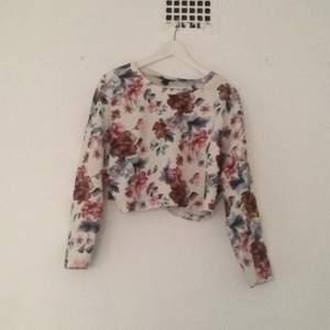 Kort, blommig tröja från forever 21. Sparsamt använd.