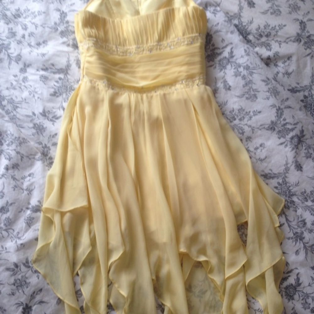 En jättefin, gul balklänning. Personen på bilden är 162cm, 170 cm med klackskorna.  Använd endast en gång så är i nyskick. Skräddarsydd i USA Passar perfekt till balen eller bröllop.  Kan skickas mot fraktkostnaden  Skickar gärna fler bilder. Klänningar.