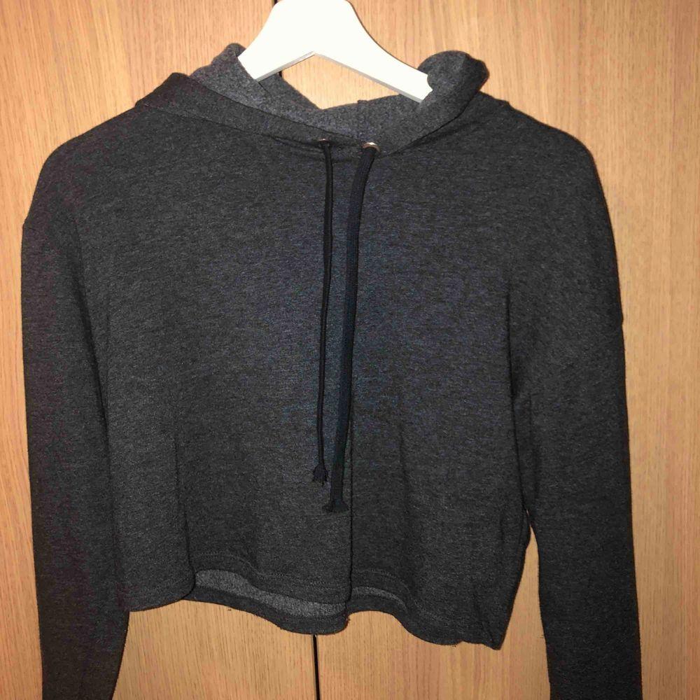 Mörkgrå hoodie från H&M. Huvtröjor & Träningströjor.