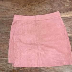 Använd endast en gång, säljes pga att jag känner mig obekväm i kjol den är super fin på och bekväm.  Kan skickas men köparen står för frakten