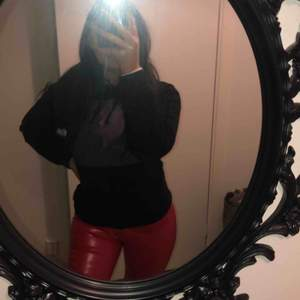 Röda lack byxor. St M men mer som xs/s, dom var för små för mig vid höfterna så kan ej ha dom