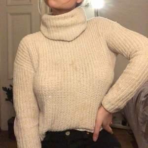 Skön stickad tröja i skimrig krämvit. Med polokrage som man viker själv. Några fläckar men de går bort i tvätten innan de skickas. Köparen står för frakt:)