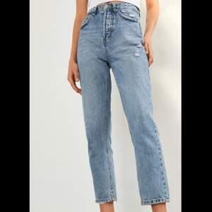 Helt nya stradivarius jeans med lapp och allt kvar. Hittade ett par jag hellre ville ha och glömde returnera dessa så det är anledningen till att jag säljer dem. Inget fel eller nått sånt!Super skick, sköna å snygg modell man får  bra rumpa i dem!🌊🌊