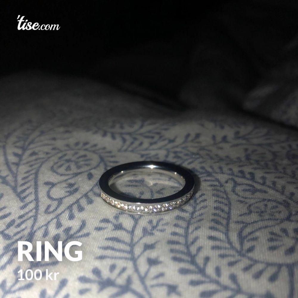 Ring i titan om jag inte är ute och cyklar, med stenar. Ringens diameter är 19 mm (se sista bilden). Accessoarer.