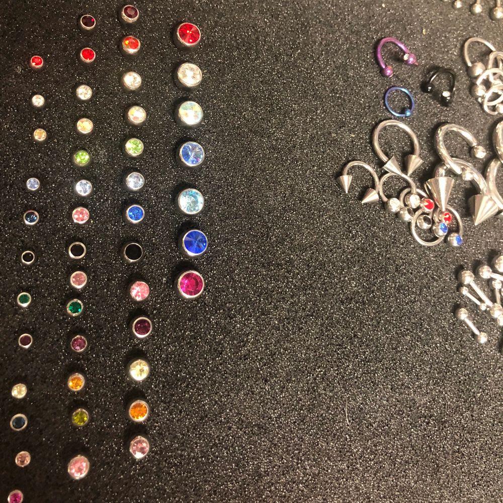 Kulor som du skruvar på ditt piercing smycke. Med olika färger på pärlan i olika stolekar. Från företaget Laboro. Hör av er vid köp och frågor😊. Accessoarer.