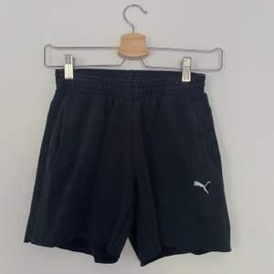 Svarta klippta shorts från Puma med en liten vit logga frampå (se bild 3). Passar XS-S beroende på hur man vill att de ska sitta. De är i väldigt fint skick och har bra passform🦋🦋