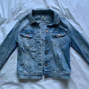 Säljer denna ljusa jeansjacka från Lee med färgstänksdetaljer (alltså en del av designen). Så fin och perfekt färg men är tyvärr för liten för mig🥺. Är i storlek L men passar nog bäst på någon som är XS/S. Färgen på bild 2 är mest lik verkligheten!!💛