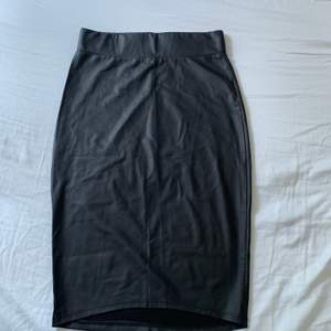 Snygg svart lite längre thigt kjol. Kjolen är ifrån Shein i storlek S och har tyvärr inte kommit till användning för mig. Köparen står för frakten. ⚡️
