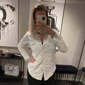 Snygg jeansskjorta i tunt, skönt material!  Skulle säga att den är 36-38!   Skick: Skrynklig på bilden, men inte använd särskilt många ggr.   Kan skickas för 42 kr 💌