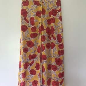 Mycket fin kjol i storlek 34, fin passform med slits fram. Aldrig använd så är som ny ✨