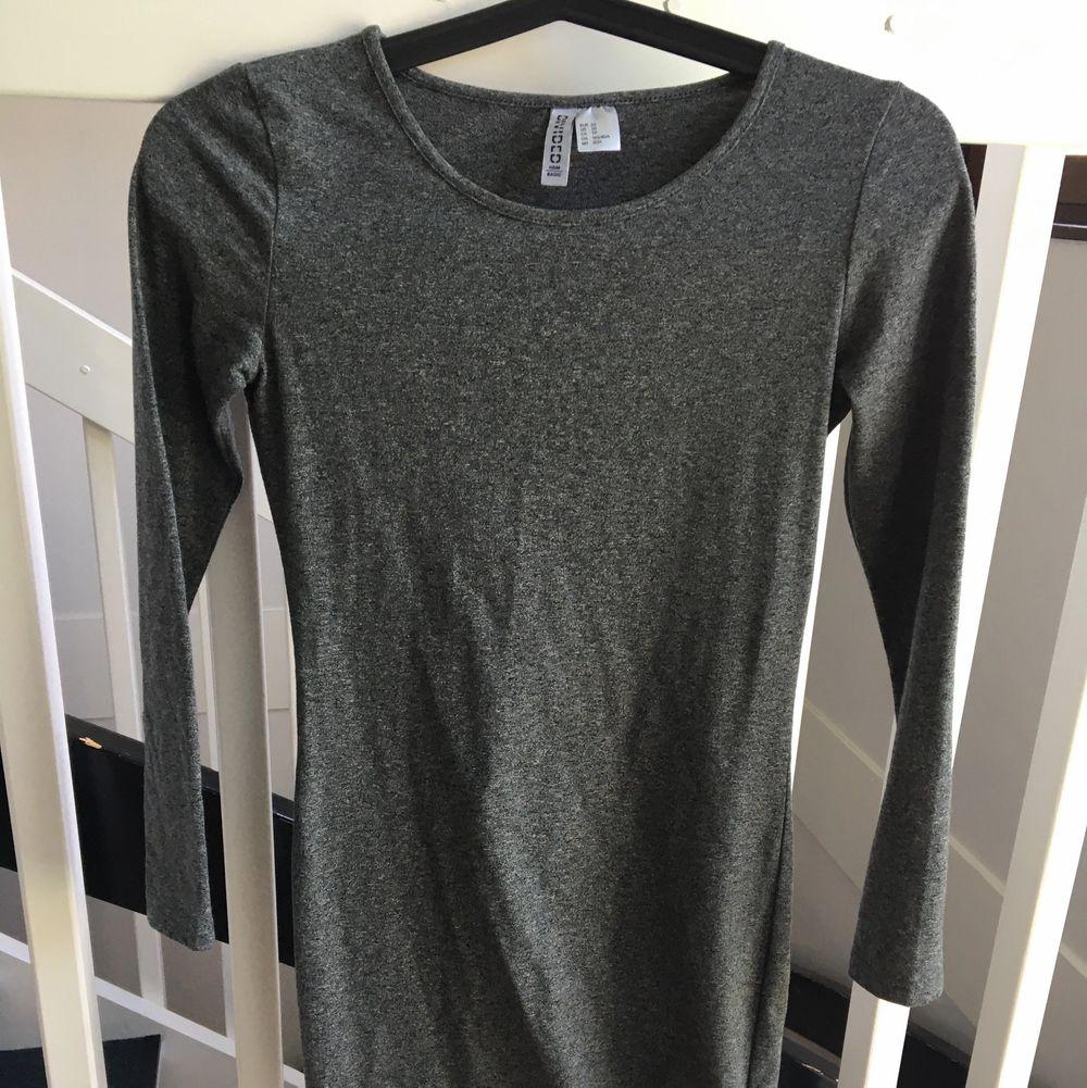 Långärmad klänning från hm, grå melerad, använd 1 gång.. Klänningar.