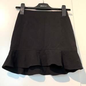 Supersöt svart kjol med volang nedtill, stängs med dragkedja baktill. I strl 32 men passar nog 34 också. Frakt tillkommer💞