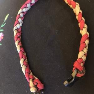 Så coolt armband! Med asbra spänne! Hållbart och i bra skick:)) går OCKSÅ att använda som halsband!!!🙏🏽🙏🏽😱♥️🧡🧡❤️