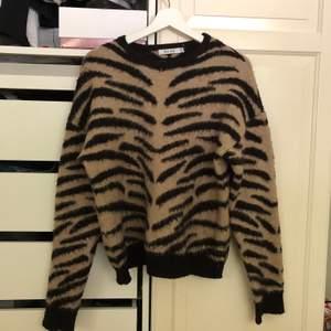 Stickad tröja i zebramönster från NAKD