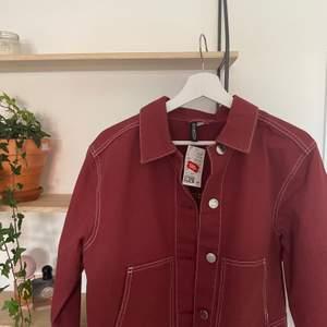 Jag säljer en jacka i storlek S från H&M! Köpte på rean för 120 kronor så säljer för 50kr + frakt. Mycket fint skick då den aldrig är använd, passar Xs med