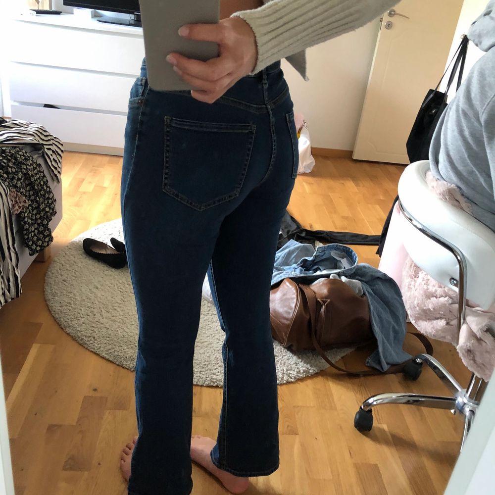 """Mörkblå jeans med bootcut, dock inte så stor. Tycker inte själv att dom är så mkt """"bootcut"""" sitter skitfint! . Jeans & Byxor."""