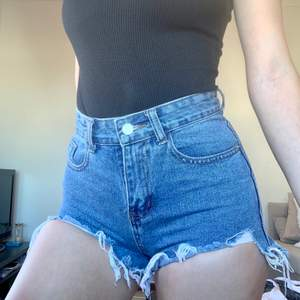 Selling this denim shorts which unfortunately are a bit too tight now! Used them for like 2 months last year, they are in great condition! Bought them for 400 selling them for 150 kr🥰