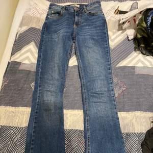 Fina bootcut jeans som sitter väldigt bra! Köparen står för frakten , kan ge dig personligen ifall du bor iKatrineholm och Linköping