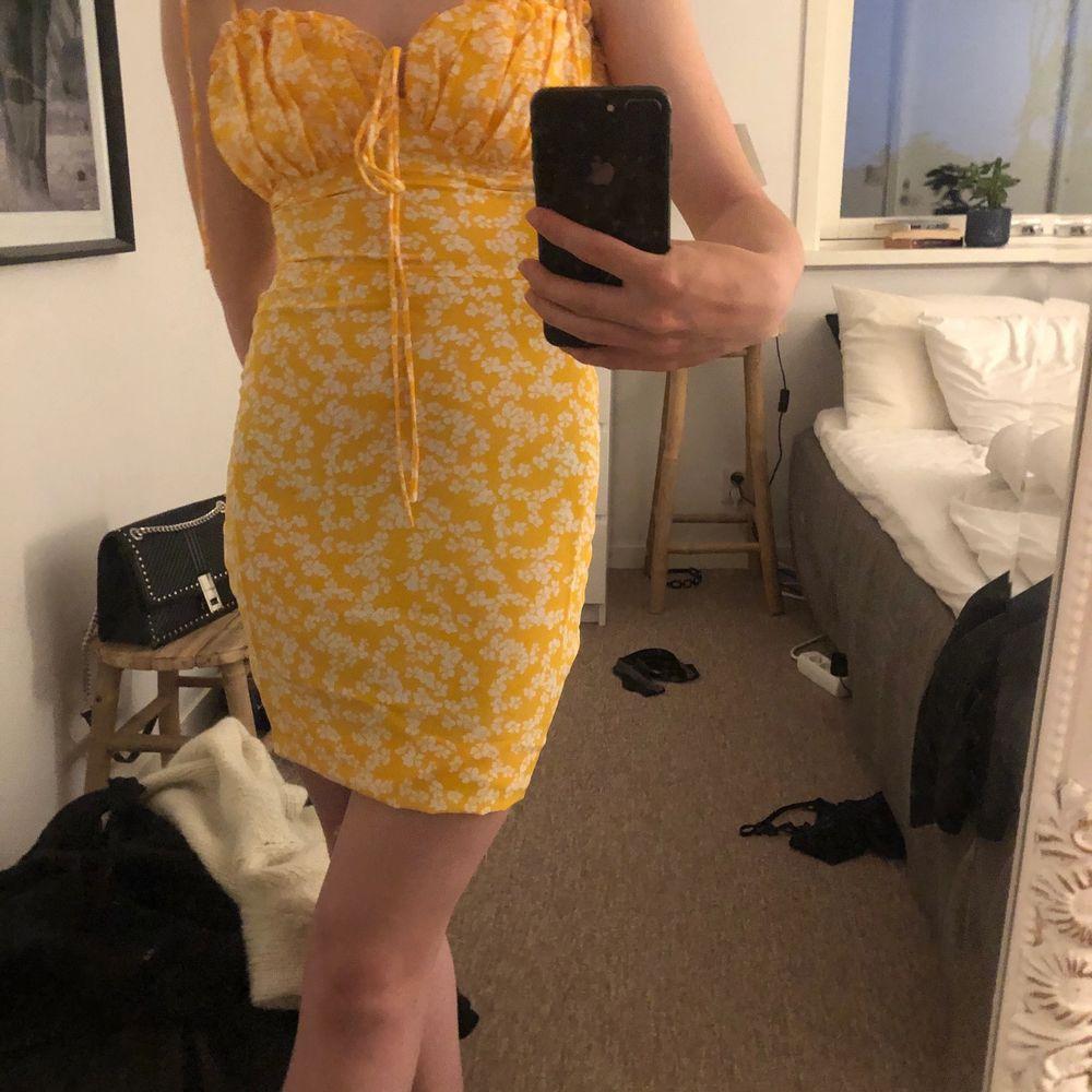 Säljer min helt nya gula klänning från Zalabdo från Glamorous. Säljes då den inte kommer till användning🥰 Nypris 429kr Skriv gärna ett sms till mig istället för att skriva hör på det laggar för mig; 0760297040. Klänningar.