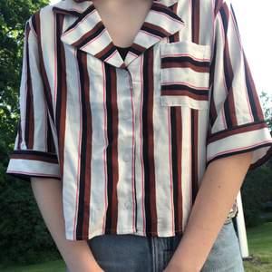 En super fin skjorta med ficka från Monki!✨ säljer pga dålig användning:/ frakt tillkommer:)