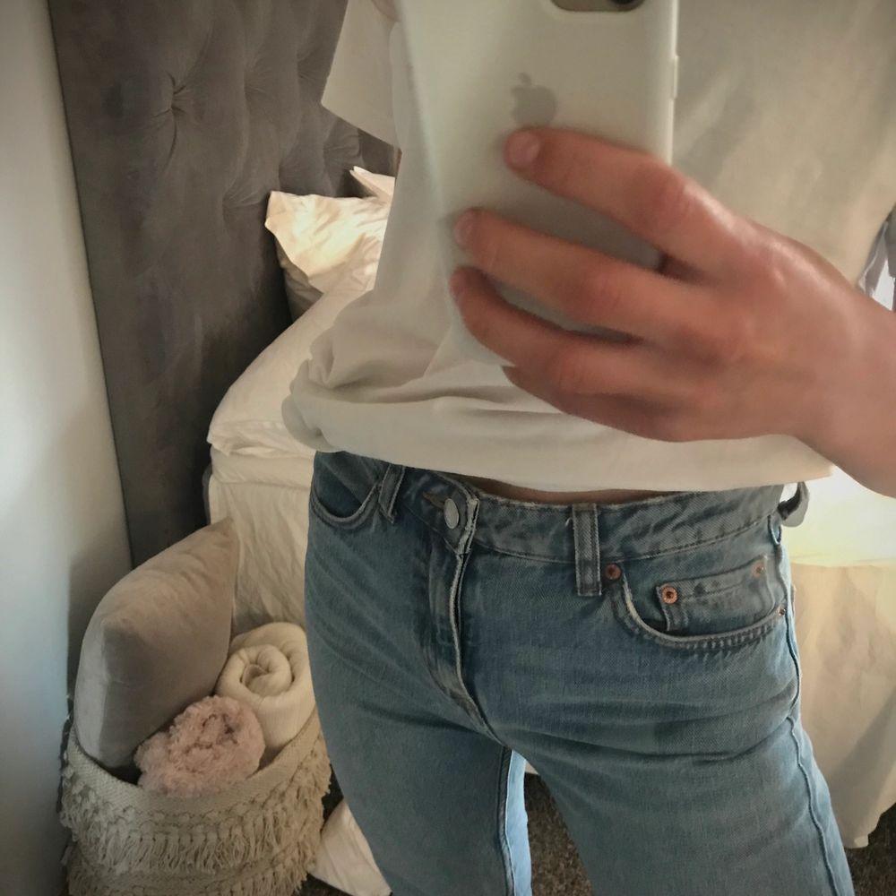 Super snygga och bekväma jeans från weekday🧚🏼♀️ganska tajta men ingen riktig slimfit💕 är 162 som ni kan ha som referens, jag har klippt av dem där nere. Jeans & Byxor.