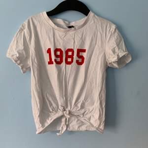 från H&M med nummer 1985, storlek Xs men passar även S. skrynklig eftersom den har legat i min garderob så länge. frakt tillkommer.