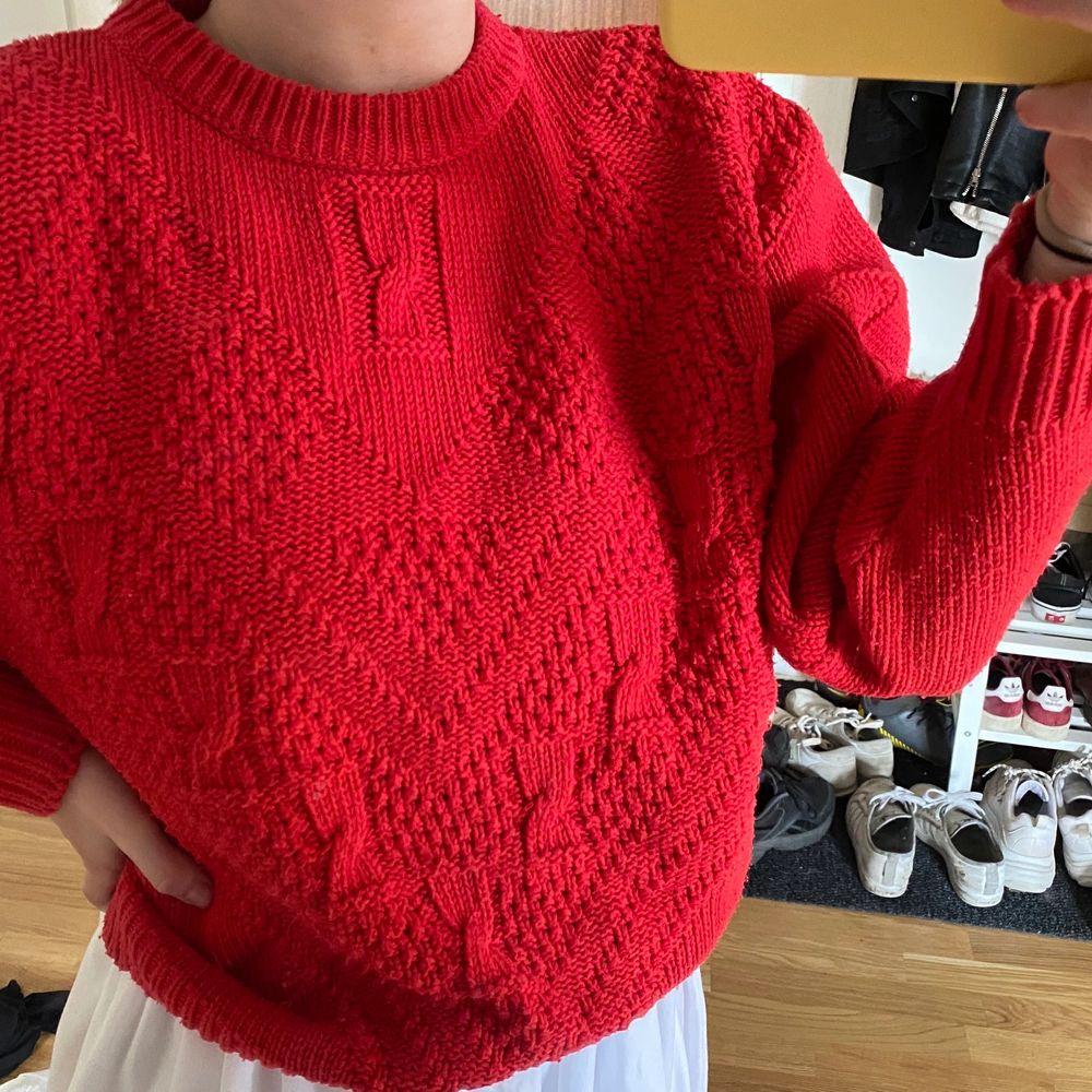 Röd vintage liknande tröja, stickad. Passar storlek XS-S. Stickat.