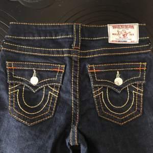 Såååå fina skinny jeans från True Religion i storlek 26, motsvarar en 34/36. Tyvärr försmå för mig🥺