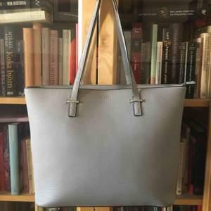 Don Donna väska, använd ganska mycket men ansåg i bra skick. Tre innerfickor och en ytterficka med dragkedja