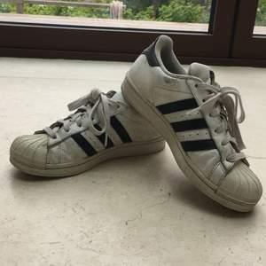 Adidas superstar skor i storlek 36. Ganska använda men det syns inte så mycket. På bilderna är de ej tvättade men dem ska tvättas innan de skickas till köparen. Köparen står för frakt eller så möts vi upp i Sthlm. Betalas via swish.
