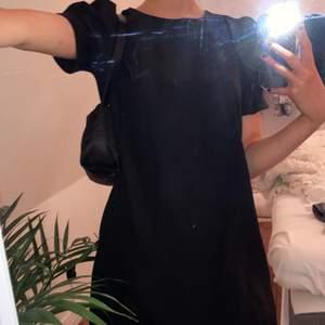 svart basic klänning med puffärmar💕 super fin och aldrig använd:) frakten är inräknad i priset!