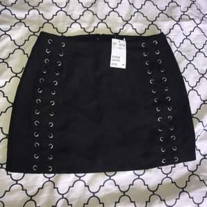 Lägger upp denna kjolen igen då jag sänkt priset.  Ovanvänd kjol från hm. Sitter väldigt snyggt på. Inte min stil längre, därför den säljs.