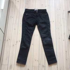Samsøe jeans, svarta glansiga med silvriga dragkedjor, nypris ca 1200 kr, frakt tillkommer