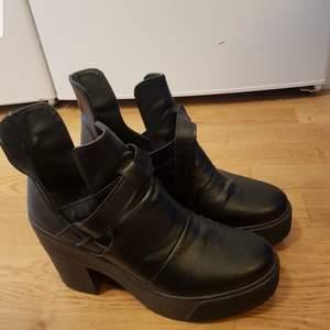 Boots / stövletter från Scorette i jättefint skick. Sköna att gå i  Strl 39