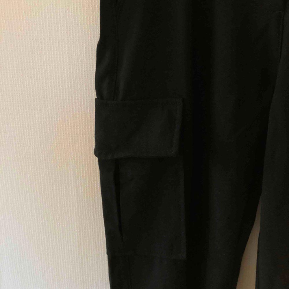 Supercoola cargobyxor från Bershka, tyvärr inte min stil. Sitter tightare vid anklarna🖤. Jeans & Byxor.