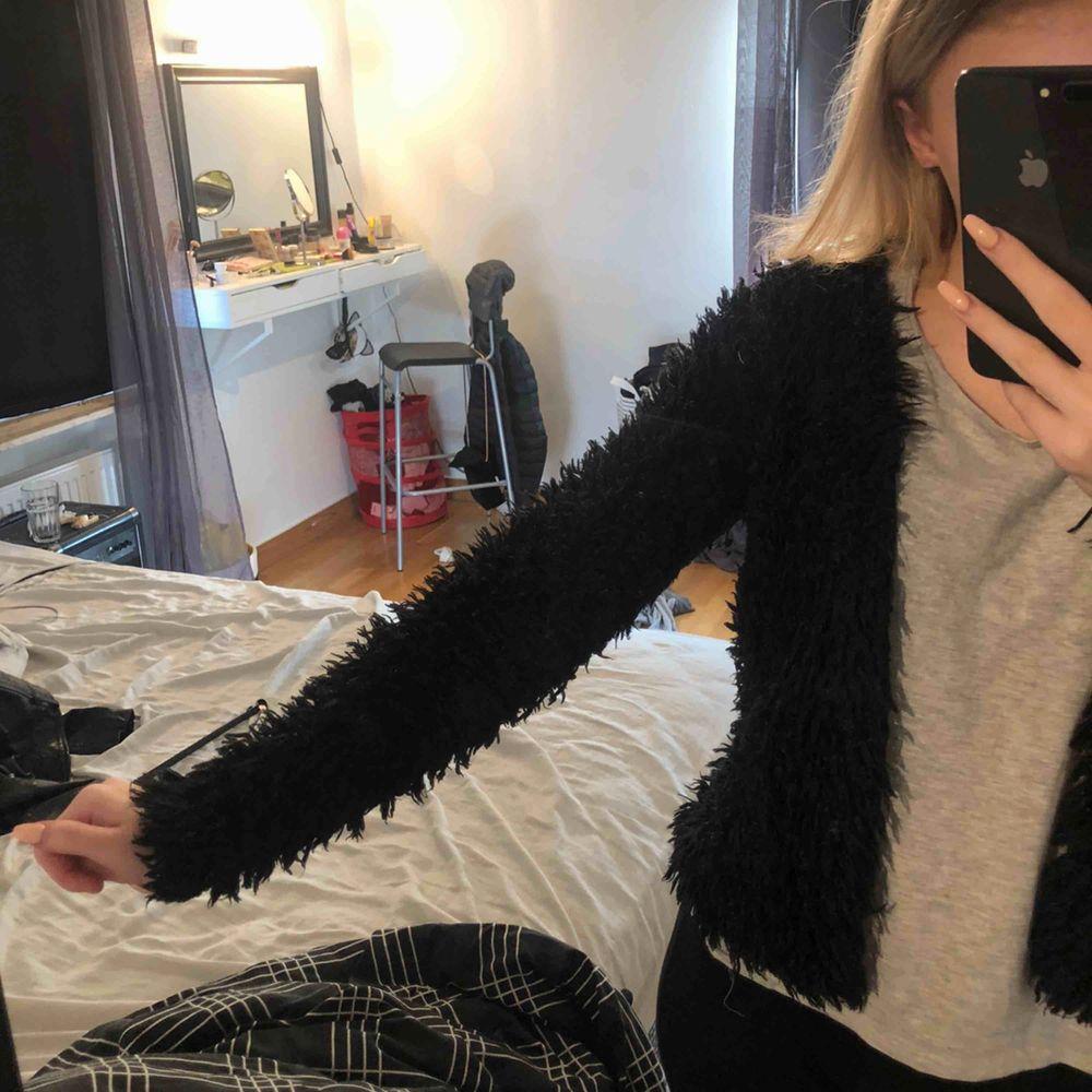 Säljer denna ur gulliga pälsjackan i storlek XS. Säljer den för 100kr 🥰 Köparen står för frakten om den inte kan mötas upp i Linköping. Tar emot swish . Jackor.