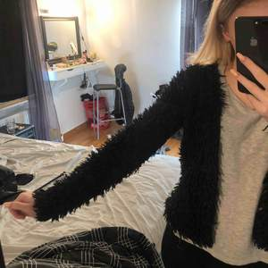 Säljer denna ur gulliga pälsjackan i storlek XS. Säljer den för 100kr 🥰 Köparen står för frakten om den inte kan mötas upp i Linköping. Tar emot swish